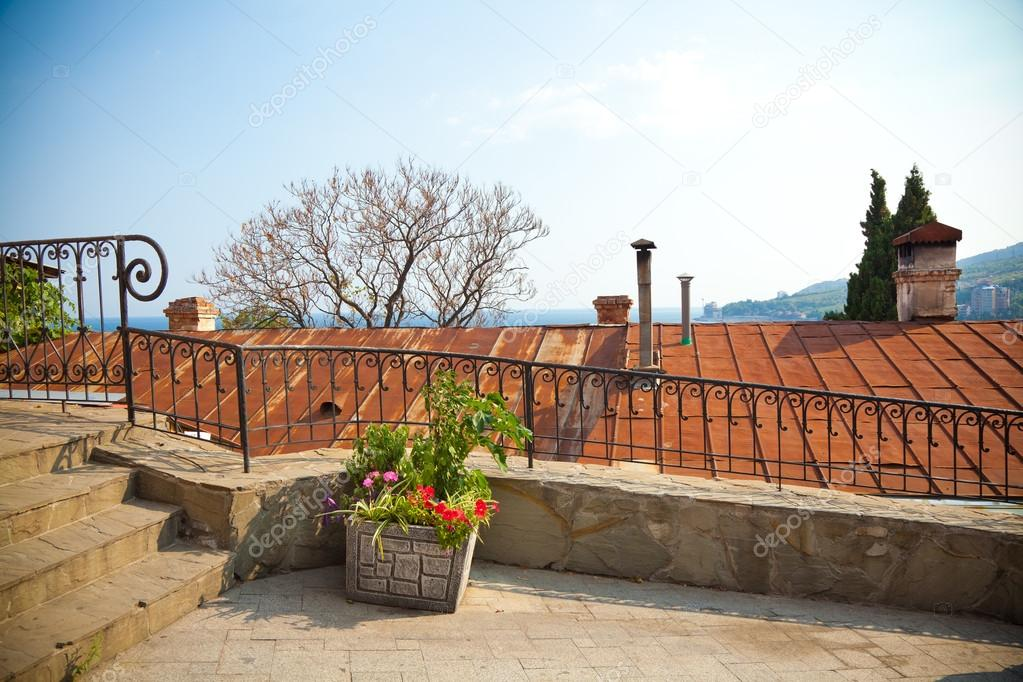 Krim landschap trap balustrades dak huizen bloemen u stockfoto
