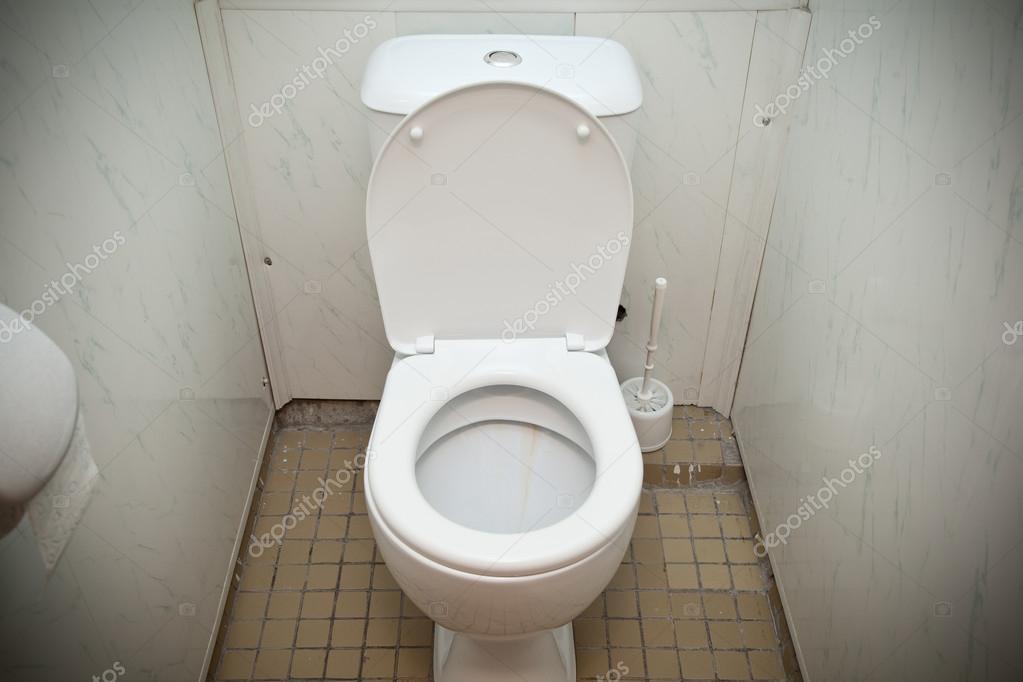 Goedkope witte toilet in een badkamer — Stockfoto © Devin_Pavel ...