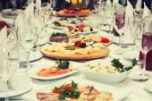 Slavnostní stůl saláty a předkrmy