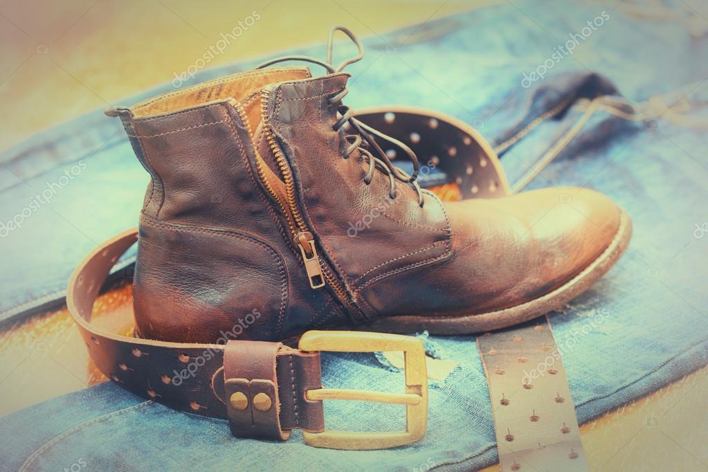 387f21b6bbb70 Retro męskie skórzane buty, dżinsy, skórzany pas z klamrą. Zdjęcia  archiwalne — Zdjęcie