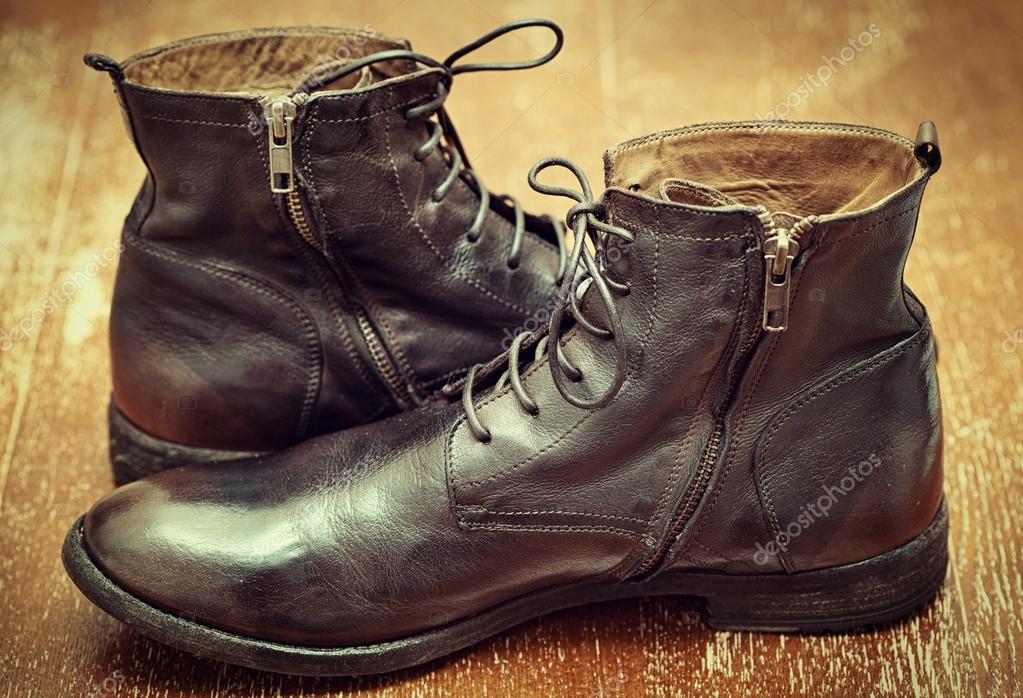 Stivali da uomo di alta moda marrone in pelle in stile vintage su  superficie di legno dce5a343c20