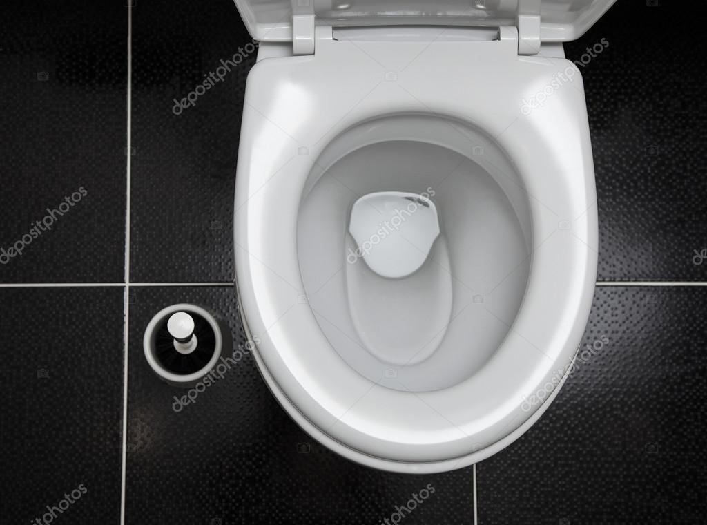 De wc borstel en het toilet zwart wit interieurdesign u stockfoto