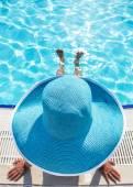 Fotografie žena sedí na okraji bazénu