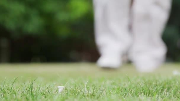 Golfista golfový míček a údery. Zblízka golfový míček.