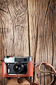 Fotografie Starý dálkoměrný fotoaparát na starý dřevěný stůl