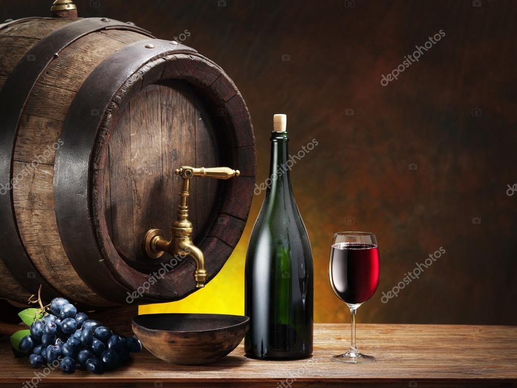 Bodeg n con copa de vino botella y barril foto de stock - Barril de vino ...