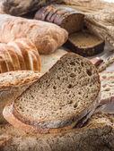 Chléb a pšenice na dřevěný stůl
