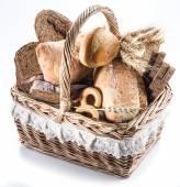 Různé typy pečiva v košíku