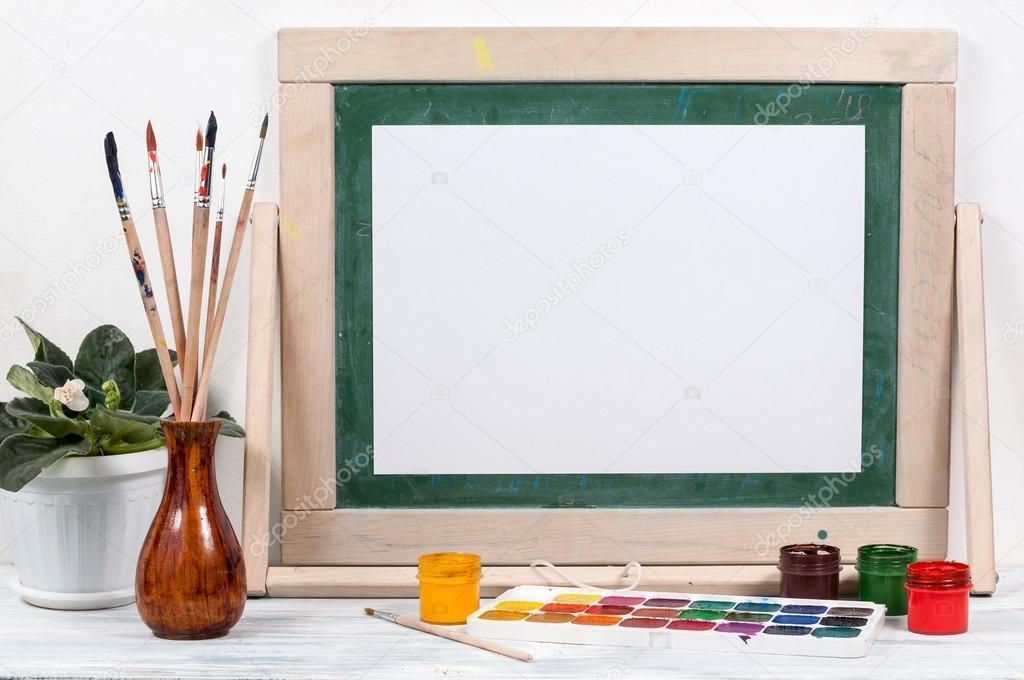 Rahmen für die Malerei auf einem Holztisch — Stockfoto © Germanovich ...