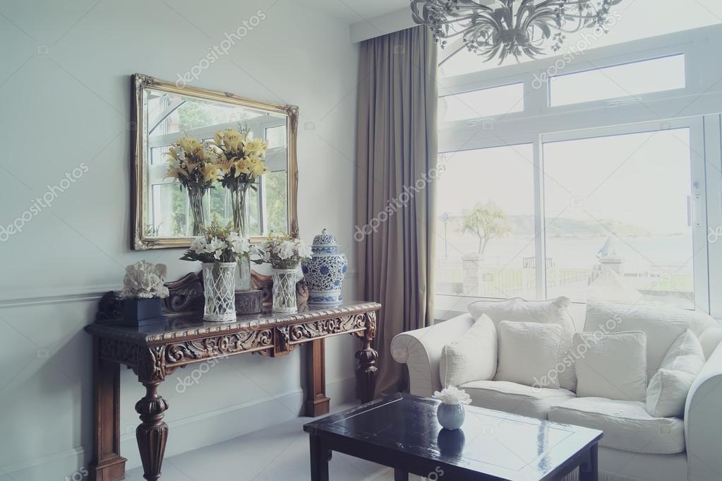 Entree zaal in klassieke hotel u2014 stockfoto © araraadt #77904380