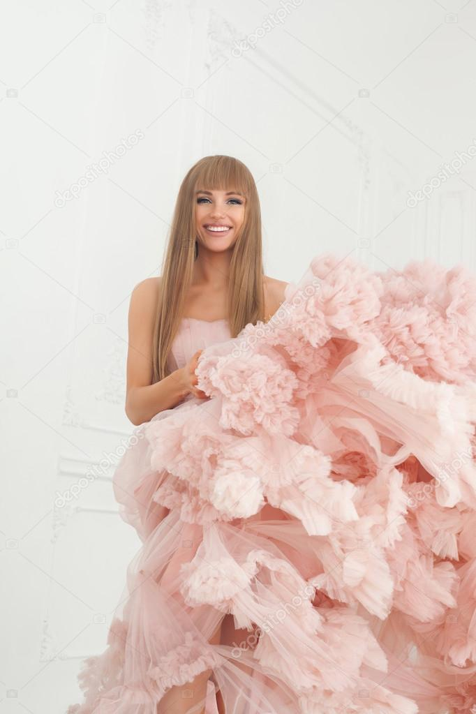 creativa retrato de una mujer de moda en hermoso vestido largo rosa ...