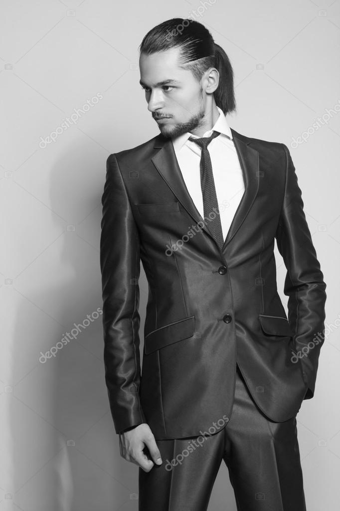 Elegante uomo con i capelli lunghi in elegante abito blu \u2014 Foto di  margo_black