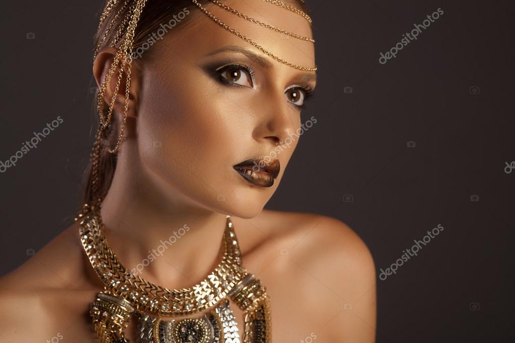 portrait d 39 une femme belle avec du maquillage dor portant des bijoux femme de style gyptien. Black Bedroom Furniture Sets. Home Design Ideas