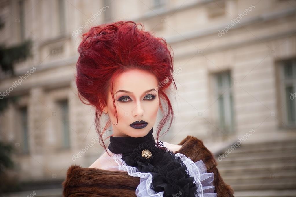 Sexy Vrouw Met Rood Haar Gotische Make Up En Kasteel Stockfoto