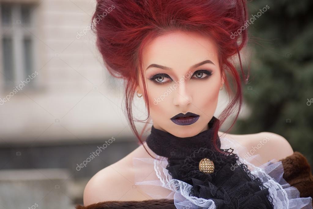 Sexy Vrouw Met Gotische Make Up En Rood Haar Stockfoto