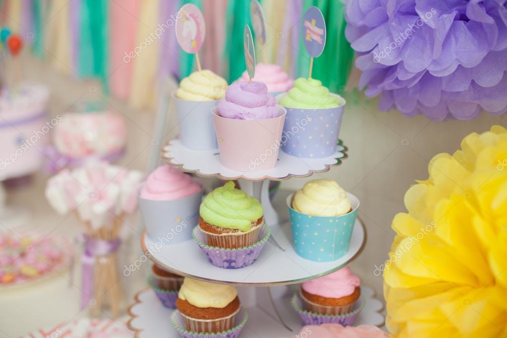 barra de caramelo en colores pastel para el cumpleaos de los nios u foto de stock
