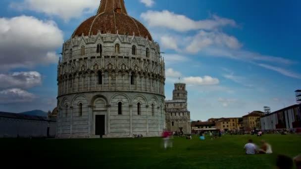 Turisté odpočinout v Piazza dei Miracoli