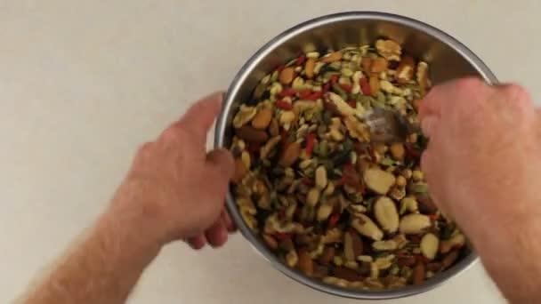 Ruce s vidličkou Mix ořechů a ovoce