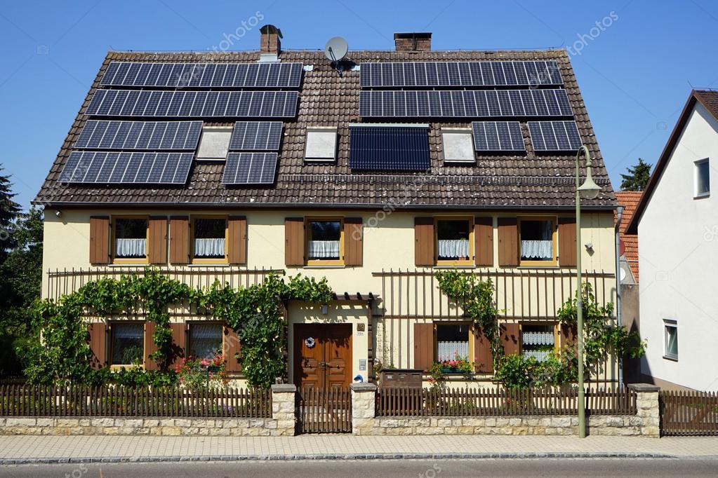 Facciata della casa con pannelli solari sul tetto foto for Piani della casa sul tetto