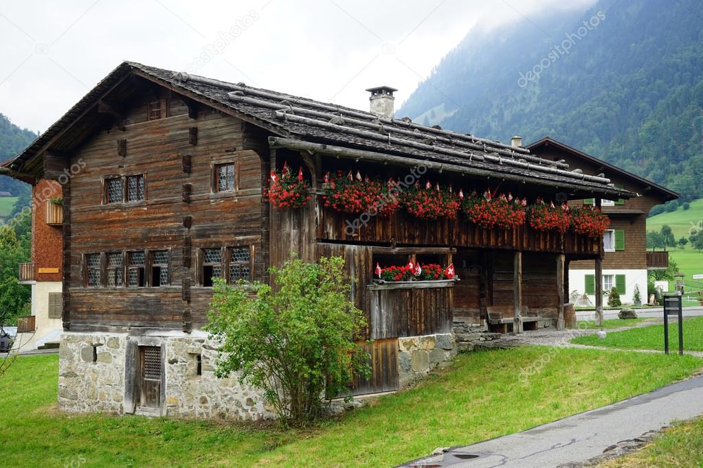 De Boerderij Huizen : Houten boerderij huizen u redactionele stockfoto shanin