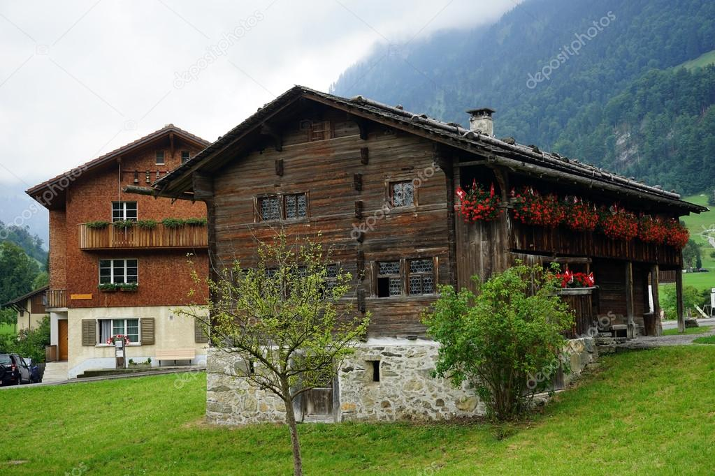 De Boerderij Huizen : Boerderij huizen in bergen u redactionele stockfoto shanin