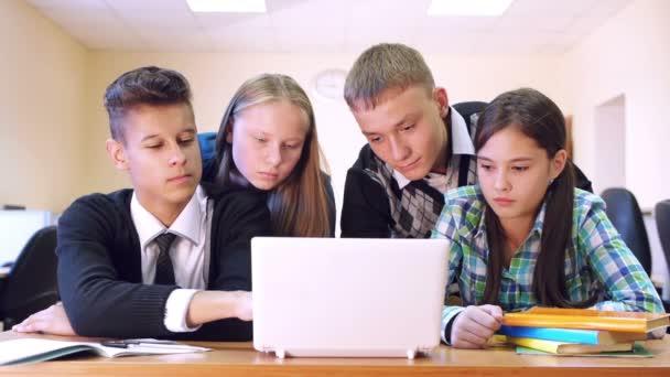 Studenti s konverzaci