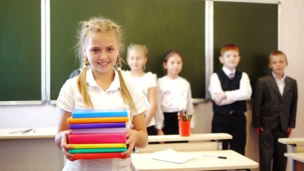 Schülerin hält Bücher in der Hand