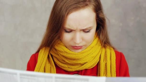 žena čtení noviny
