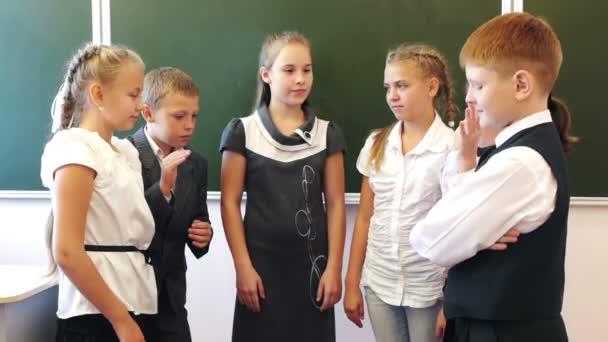 Schüler legen sich gegenseitig die Hände an