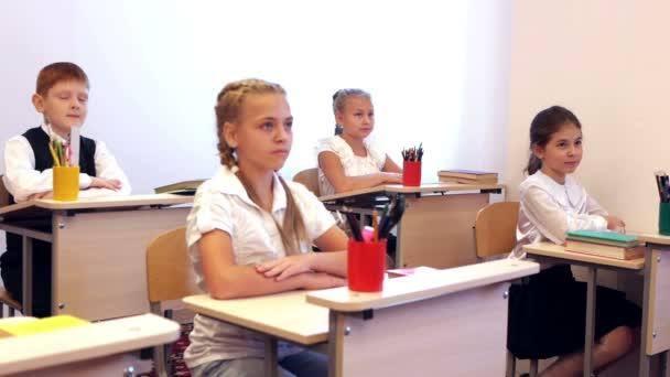 Az asztalnál ülő gyermekek