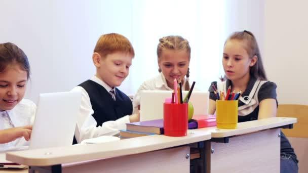 Žáci během studia chatování