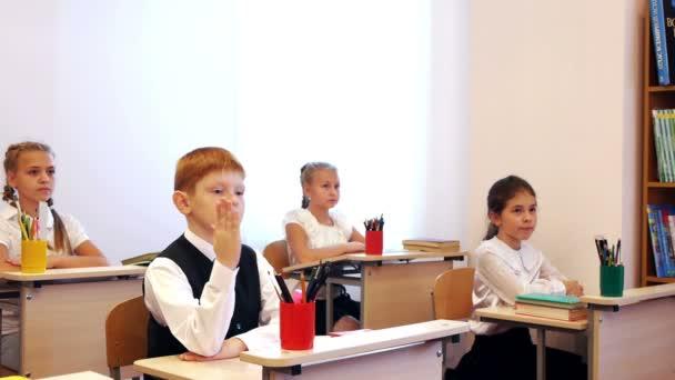 Chlapec odpověď během lekce