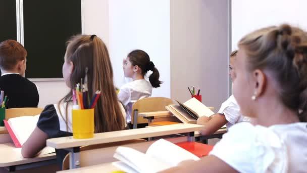 Iskolások figyelemfelkeltő kezüket