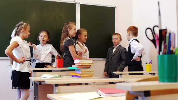 Iskolások beszélgetni a tábla közelében