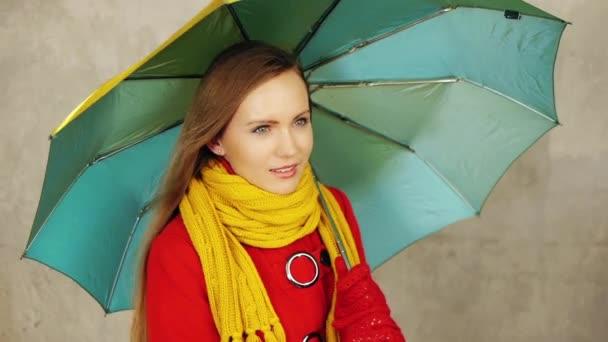 Frau mit Regenschirm im Herbst