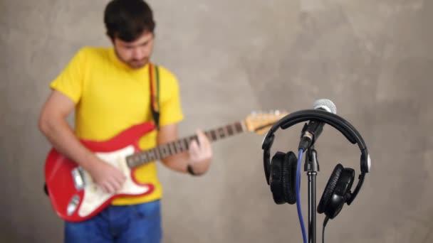 Hudebník hraje v hudební studio