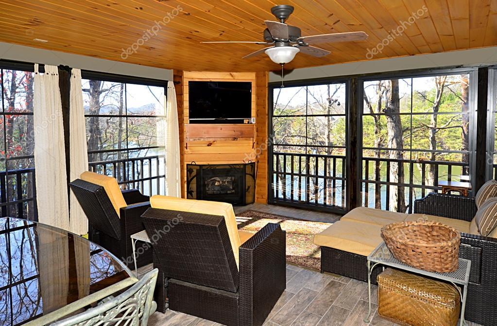 Veranda chiusa su una casa — Foto Stock © noonie #96107984
