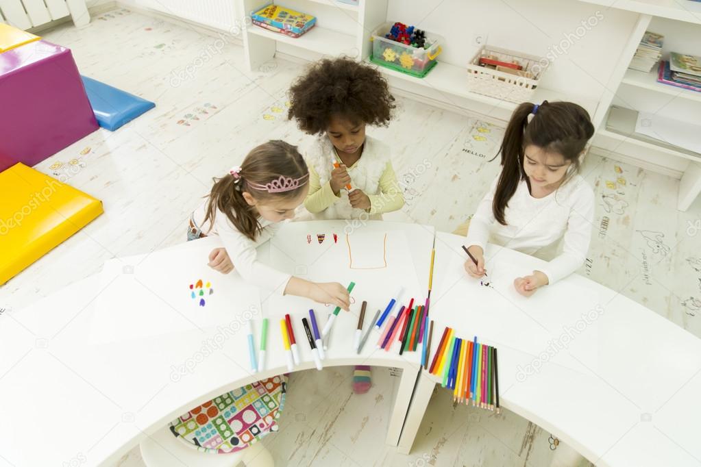 Stanza Dei Giochi Bambini : Bambini nella stanza dei giochi di disegno u2014 foto stock © boggy22
