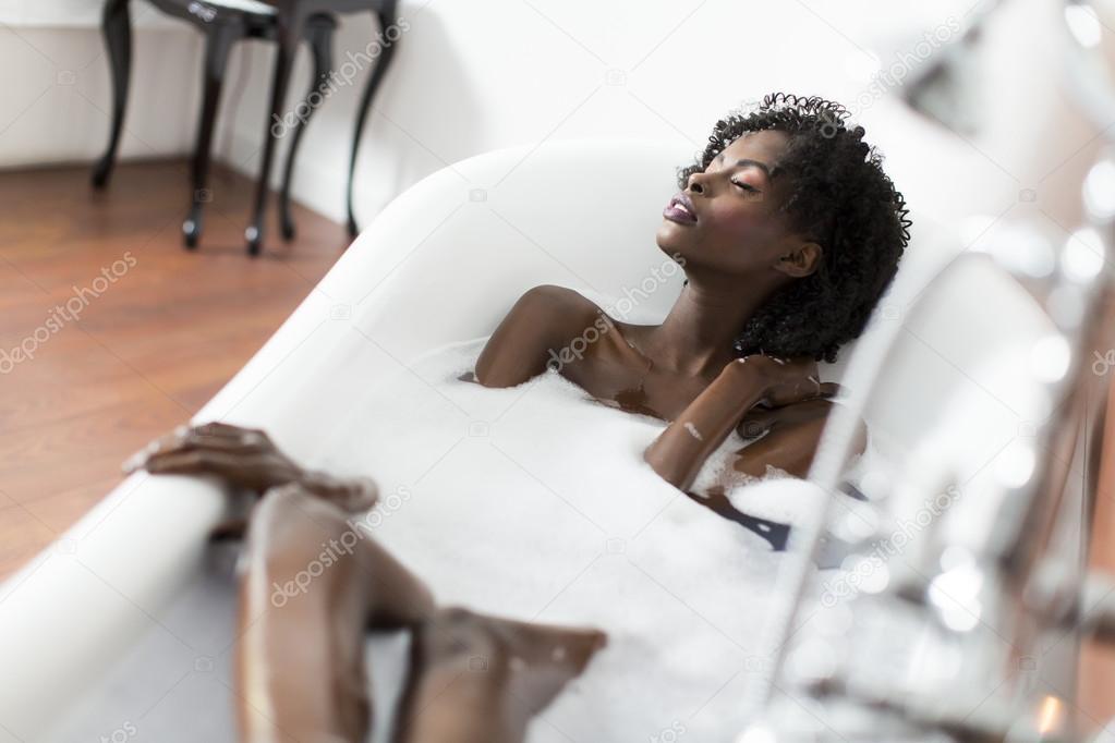 Pretty Woman Vasca Da Bagno : Pretty woman relaxing in the bathtub in the bathroom stock photo