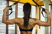 Fotografie žena trénink v tělocvičně