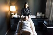 Giovane donna con un massaggio