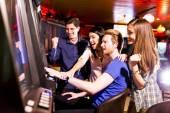 Mladí lidé v kasinu
