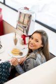 Mladá žena v restauraci