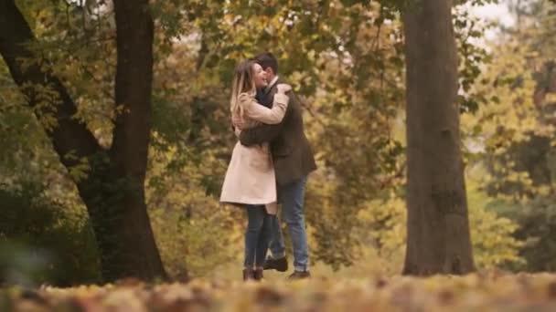 Schönes junges Paar spaziert im Herbstpark