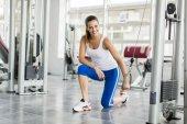 Mladá žena, trénink v tělocvičně