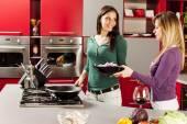 mladé ženy v kuchyni