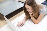 Mladá žena, pracující na laptop