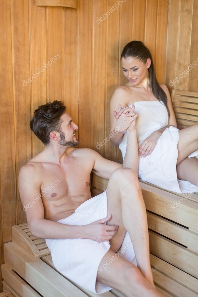 molodaya-parochka-v-saune-porno