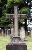 Fényképek Súlyos kereszt a temetőben