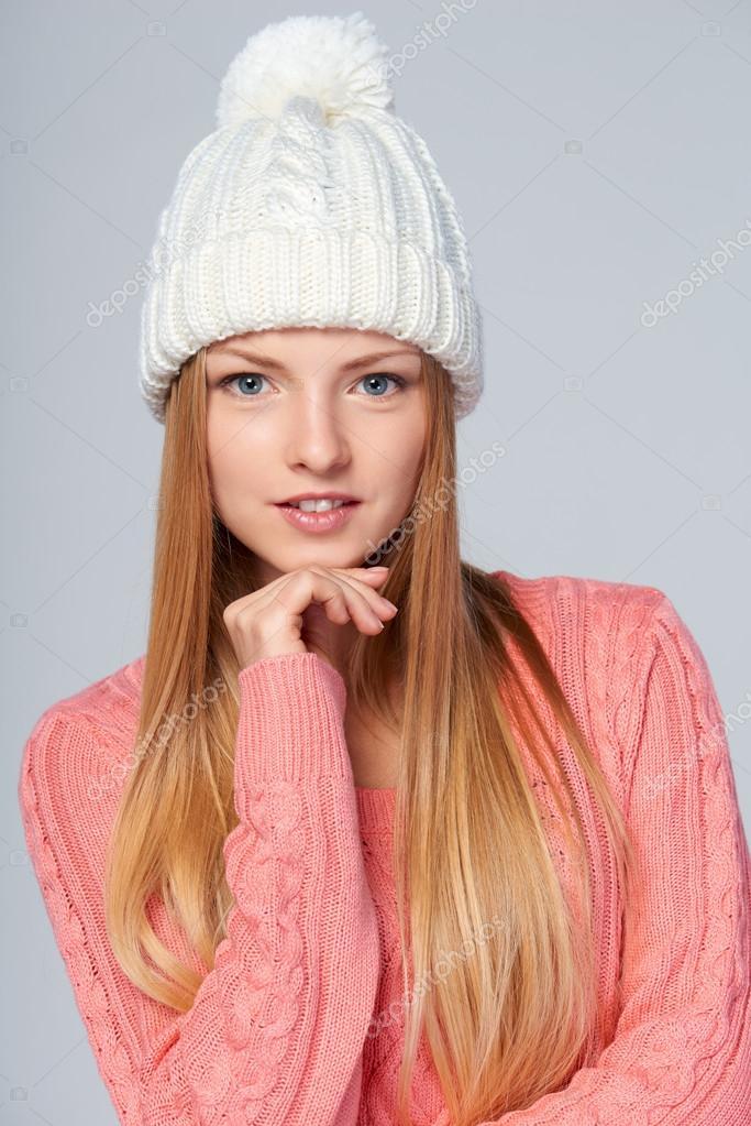 Gyapjú téli kalap és a pulóvert viselő nő portréja — Fotó szerzőtől  pavel kolotenko 805ee5dcb3